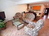 hlavní místnost s kuchyní a posezením - apartmán k pronájmu Veřovice