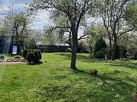 pohled na přední zahradu od apartmánu. - ubytování Veřovice