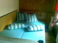 pokoj s manž.postelí + postýlka + TV a DVD