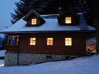 Chata - boční pohled ve sněhu - k pronajmutí Horní Lomná