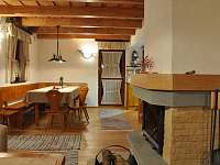 Chata - jídelní stůl a krb v přízemí - k pronajmutí Horní Lomná