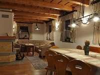 Chata - pohled od jídelního stolu na obývací pokoj