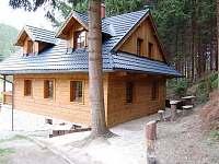 Chata - pohled od příjezdové cesty - ubytování Horní Lomná