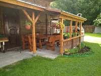venkovní terasa- posezení - rekreační dům k pronajmutí Bystřička