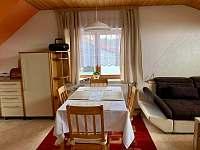 jídelní stůl - apartmán k pronajmutí Karolinka