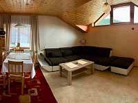 jídelní stůl a obývací pokoj