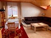 jídelní stůl a obývací pokoj - pronájem apartmánu Karolinka