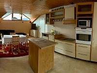 kuchyně s pohledem do obývacího pokoje - pronájem apartmánu Karolinka