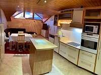 kuchyně s pohledem do obývacího pokoje - apartmán k pronájmu Karolinka
