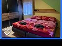 Ložnice_manželská postel