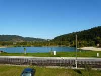 Výhled z terasy na jezero - chalupa k pronajmutí Nový Hrozenkov