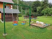 Malý altánek, pískoviště, houpačky kolotoč a volejbalová sít - chata k pronajmutí Valašska Bystřice