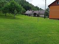zahrada s volejbalovou sítí - chata k pronajmutí Valašska Bystřice