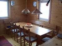 stůl ve spol. místnosti - chalupa ubytování Staré Hamry