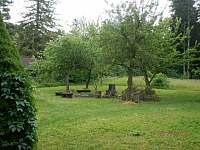 zahrada s ohništěm za domem (vzadu les) - vila k pronájmu Kunčice pod Ondřejníkem