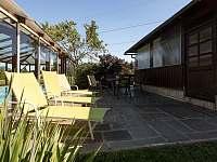 terasa u bazénu - chalupa k pronájmu Trojanovice