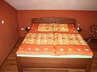Postel v pokoji č. 3 - rekreační dům k pronájmu Tichá na Moravě
