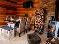Jídelní stůl s krbem - chata k pronajmutí Horní Bečva