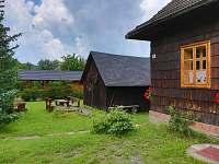 venkovní posezení u chalupy Volkov - ubytování Velké Karlovice