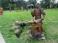 galerie dřevěných soch v Pluskovci-Velké Karlovice -