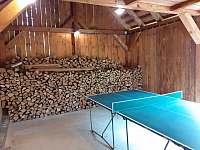 Dřevník s ping pongem - Tichá na Moravě