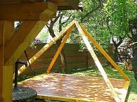 Relaxační pyramida u chaty v Beskydech - srub k pronájmu Zašová