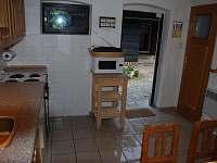 Pohled z kuchyně do chalupy
