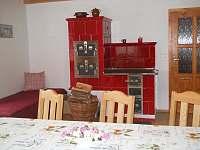 kamna v kuchyni - chalupa k pronájmu Valašská Bystřice