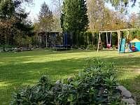 trampolína a dětské hřiště s domečkem
