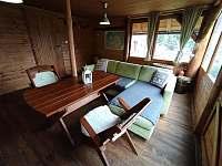 Společenská místnost s krbem - chata k pronájmu Smilovice