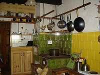Kuchyň, kachlová kamna! - chalupa k pronajmutí Karolinka