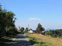 Pohled na příjezdovou cestu od objektu - pronájem chalupy Loučka - Lázy