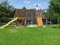 Atrakce v oplocené zahradě pro děti - chalupa k pronájmu Visalaje
