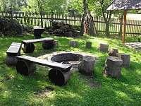 Ohniště v zahradě vedle pergoly - chalupa ubytování Visalaje