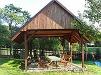 Pergola s posezením na zahradě - chalupa ubytování Visalaje