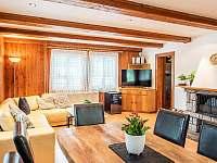 Obývací pokoj s jídelním stolem - chalupa k pronájmu Čeladná