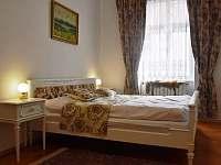 Lovecký Apartmán - ložnice, manželská postel - k pronájmu Frenštát pod Radhoštěm