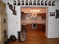 Lovecký Apartmán - pohled z obyvacího pokoje do kuchyně - pronájem Frenštát pod Radhoštěm