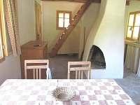 pohled z rohové židle do místnosti