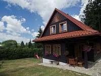Dům, pohled ze hřiště - chalupa k pronájmu Horní Bečva