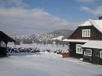 zimní pohled na  nedalekou obec