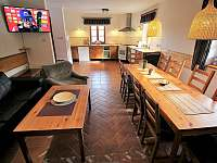 kuchyň s posezením - chalupa k pronájmu Trojanovice