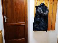 chodba u vstupních dveří - chalupa k pronájmu Velké Karlovice