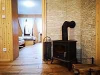 pohled z obývacího pokoje do ložnice - chalupa k pronajmutí Velké Karlovice