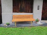 Venkovní posezení lavička - pronájem chalupy Kozlovice