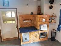 Kuchyň - funkční kachlová kamna s plotnami na vaření - roubenka ubytování Nový Hrozenkov