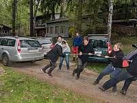 Soutěž: tažení auta - chatky k pronájmu Košařiska