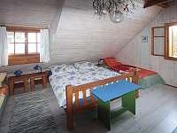 Modrý pokoj: Dvojpostel plus 2 samostatné postele - chalupa ubytování Velké Karlovice