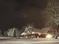 Roubenka v noci - chalupa k pronájmu Velké Karlovice