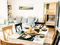 Malý apartmán- kuchyň s pohledem na obývák a menší ložnici - pronájem chalupy Bukovec